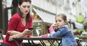 Roditelji više vremena provode na mobitelu nego čitajući djeci
