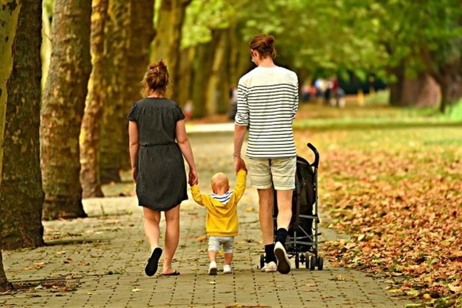 Prva asocijacija na samohrane roditelje najčešće su majke koje same.